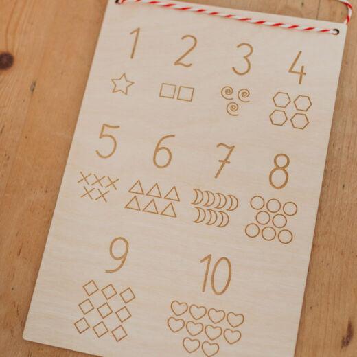 Drewniana tabliczka z cyframi